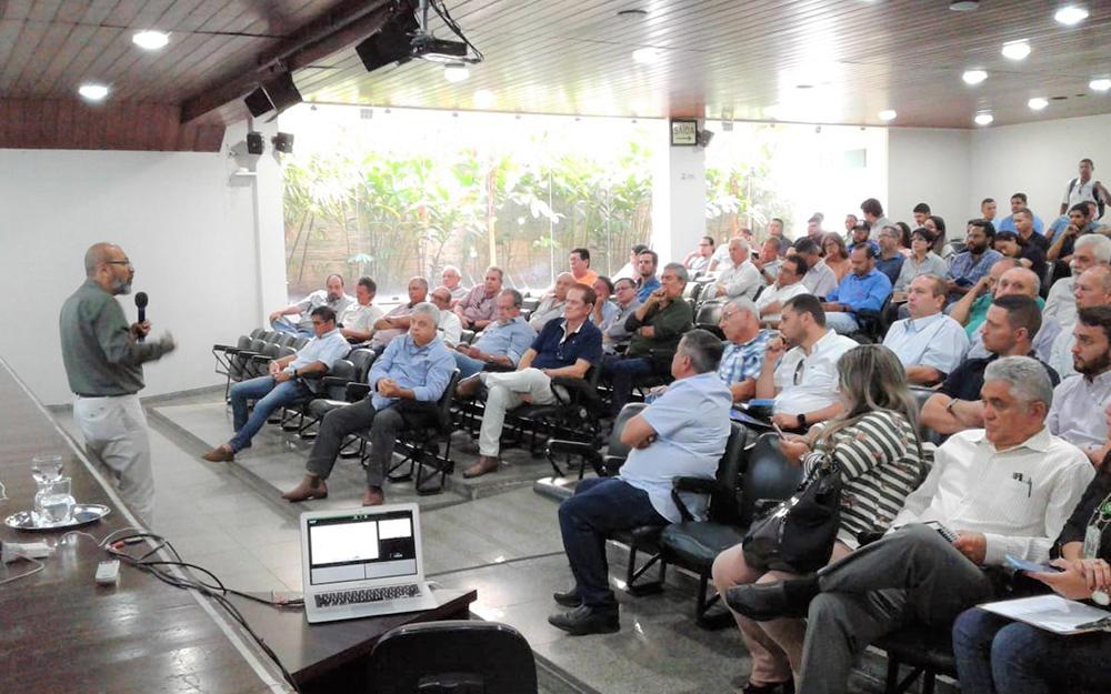 Pesquisador da EMBRAPA mostra como pó de rochas aumenta a fertilidade dos solos durante palestra na Paraíba