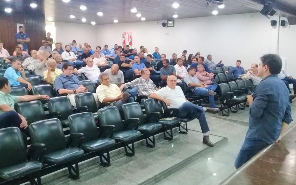 Produtores de cana se reúnem na Asplan para conhecer a suplementação foliar recomendada pelo Dr. Emídio Cantídio