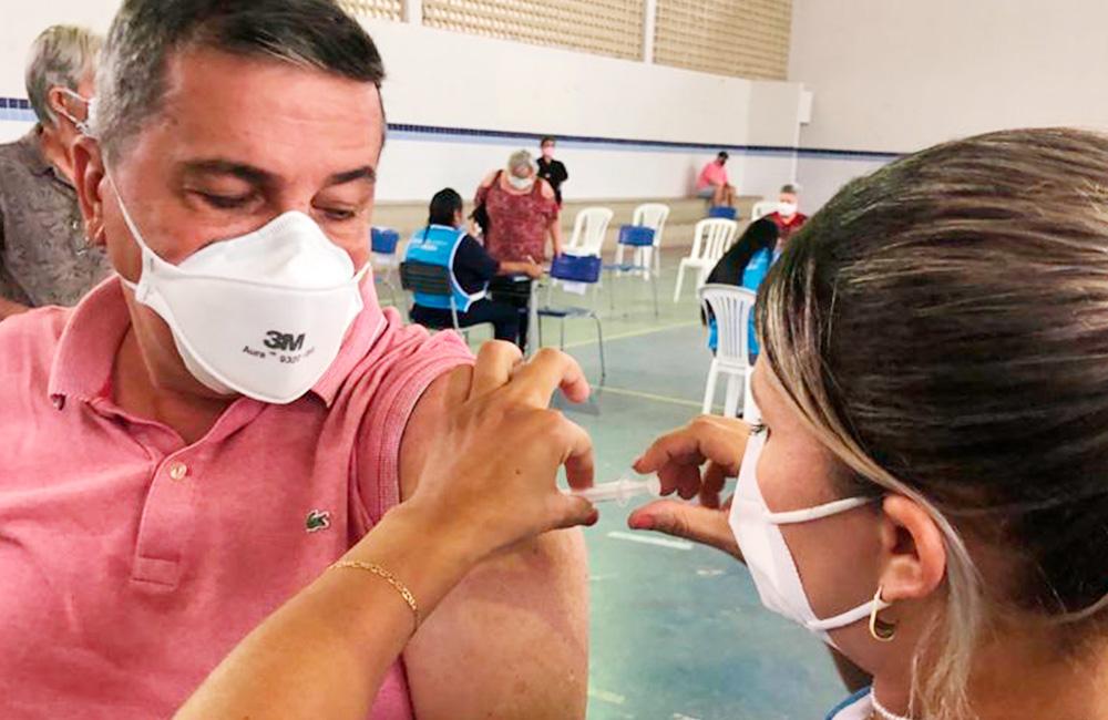 Presidente da Asplan é vacinado e diz que brasileiro precisa deixar de politizar tragédia e torcer para que mais vacinas cheguem logo